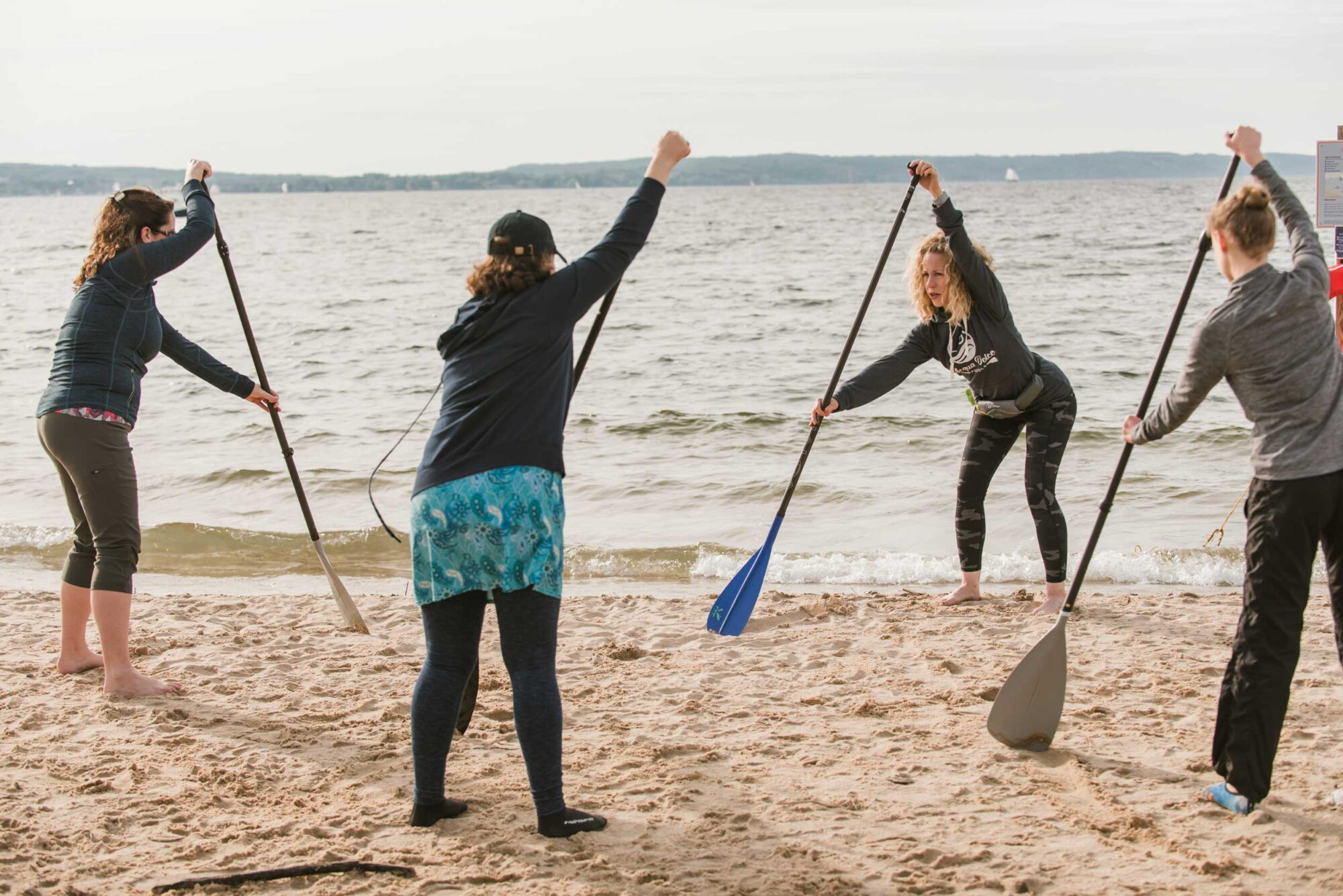 Acqua Dolce Paddle Holli and students practicing paddling on shore during SUP lesson